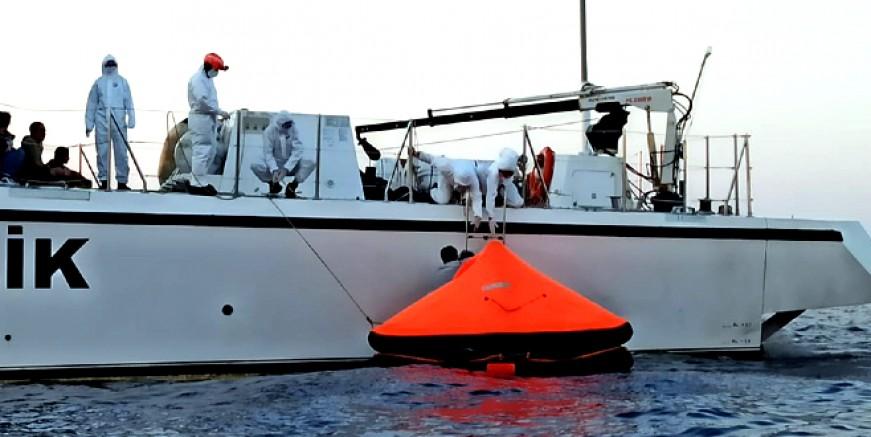 Açık denizde sürüklenen göçmenleri sahil güvenlik kurtardı