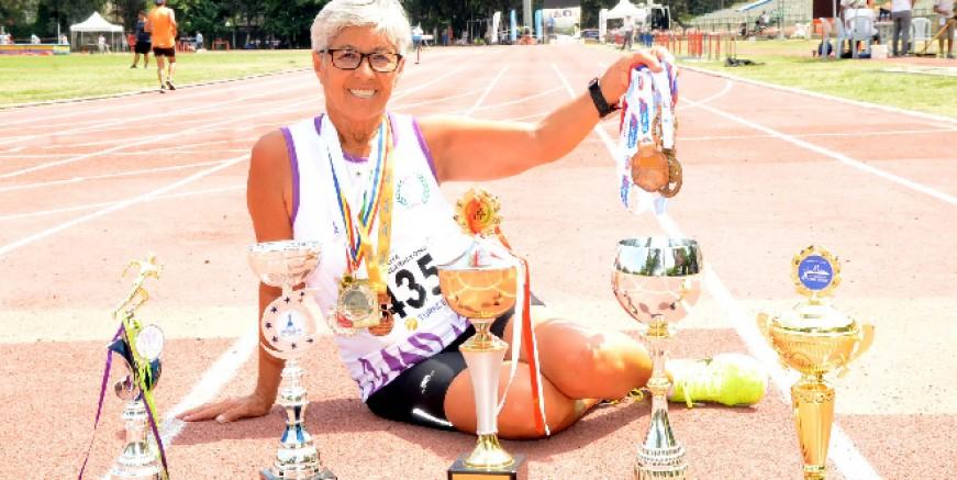 Aysel hemşire koşa koşa kanseri yendi, madalya ve kupaları topladı