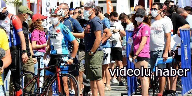 Bisiklet yarışı için saatlerce kuyrukta beklediler, salgın unutuldu