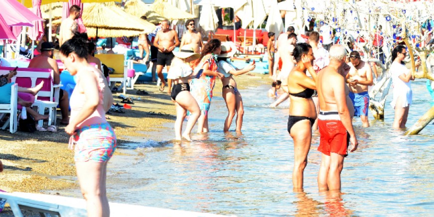 Bodrum'da bayramlaşan plajlara akın etti