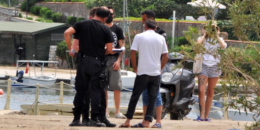 Bodrum'da plajlara akın ettiler, polisi görenler eşyalarını bırakıp kaçtı