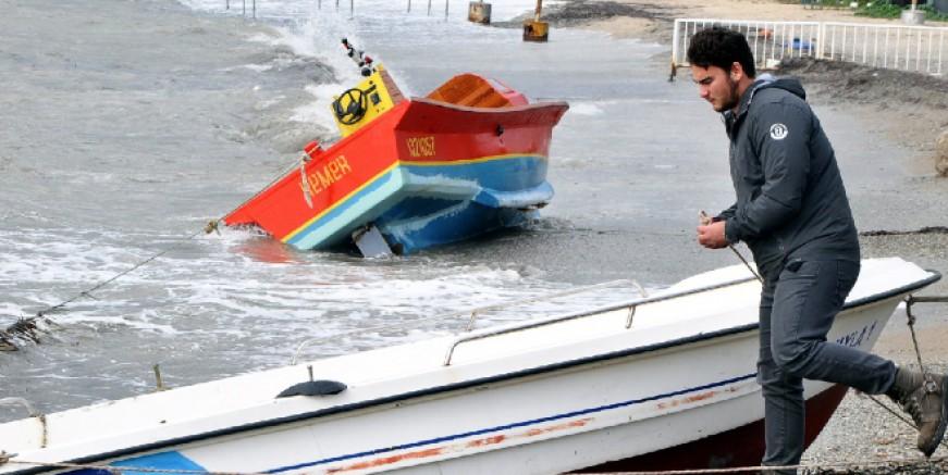 Bodrum'da şiddetli lodos tekneleri karaya sürükledi