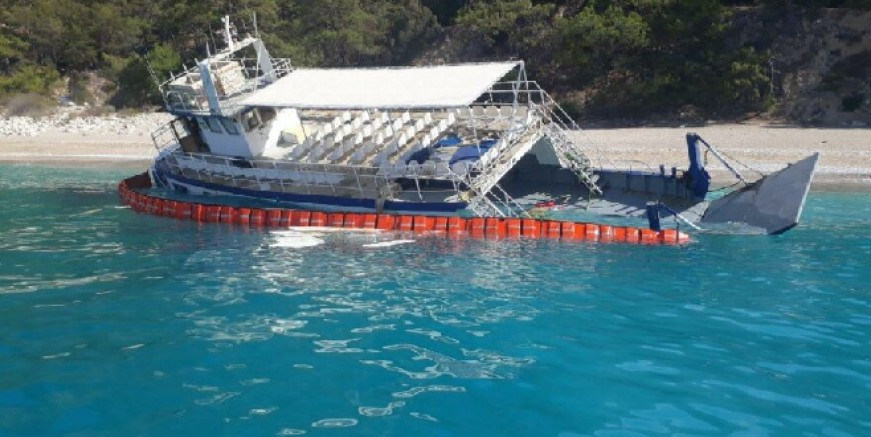 Cennet Koyu'nda göçmenlerin teknesi karaya oturdu