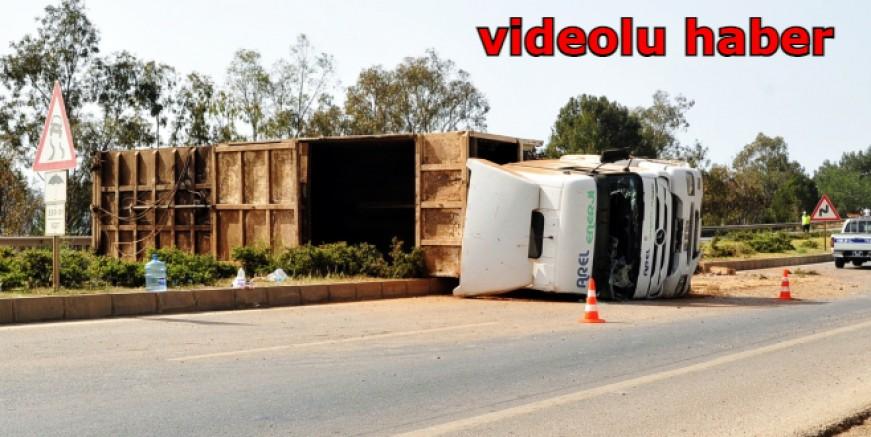 Devrilen TIR'ın şoförü ölümden döndü