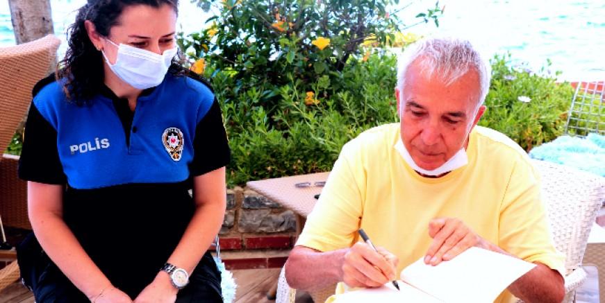 Gazeteci Yavuz Donat yüzlerce kitabını Emniyet Müdürlüğü'ne bağışladı