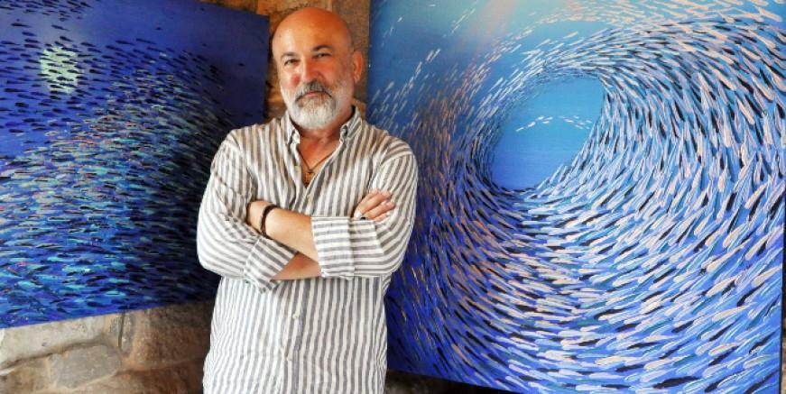 Gümüş balıklarının mücadeleci dünyasını tuvale yansıttı