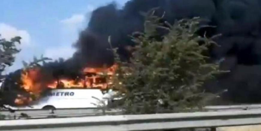 İzmir yolunda yolcu otobüsü alev alev yandı