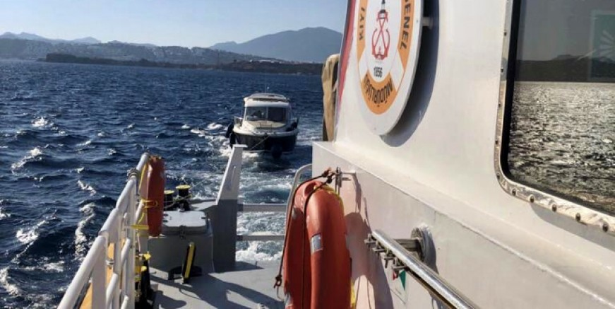 Kayalıklara oturan 7 metrelik tekne KEGM tarafından kurtarıldı