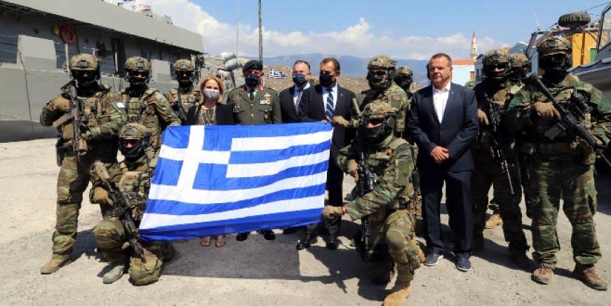 Kızılhisarlı adasından tahrik: Arkalarını Türkiye'ye dönüp Yunan bayrağı açtılar
