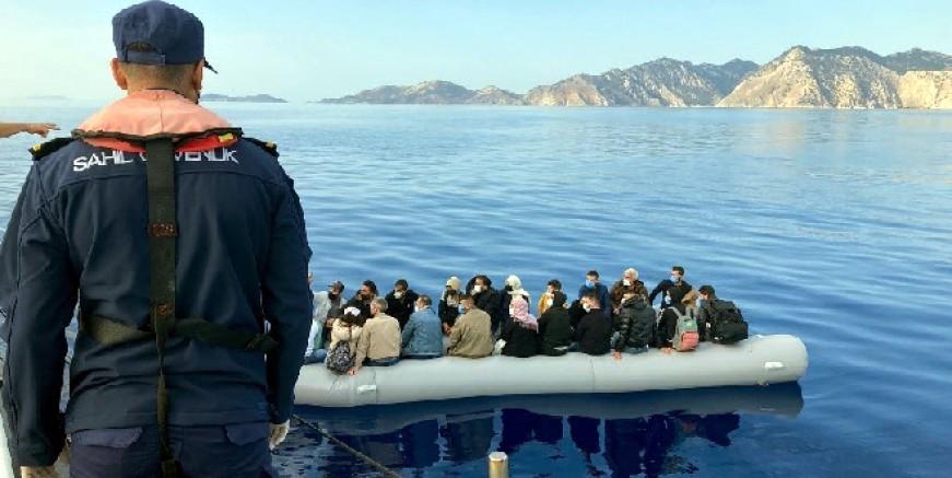 Lastik bot ile Türk sularına itilen göçmenler kurtarıldı