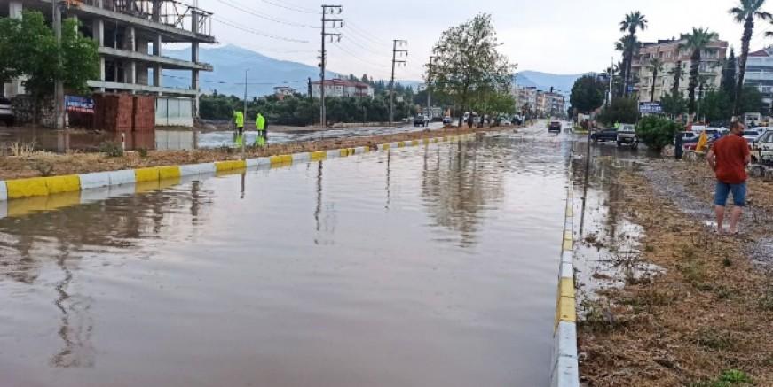 Milas'ta sağanak caddeleri göle çevirdi
