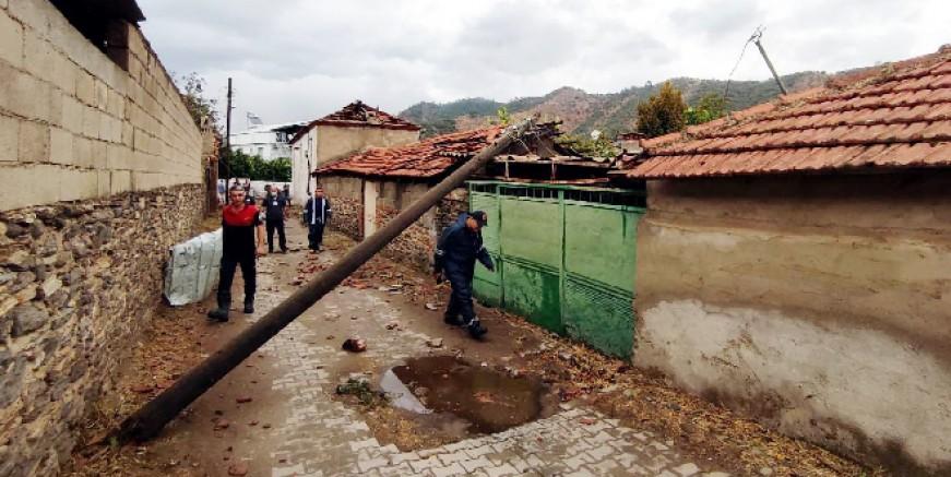 Milas'ta sağanak yağış ve fırtına ağaçları devirdi çatıları uçurdu