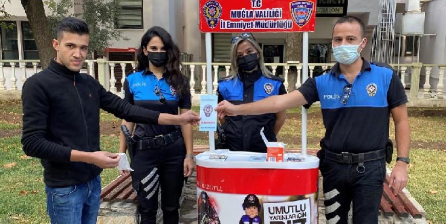 Muğla polisi maske dağıttı