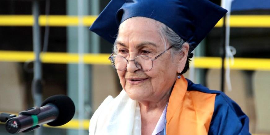 Muğlalı Zeliha nine 93 yaşında üniversiteden mezun oldu