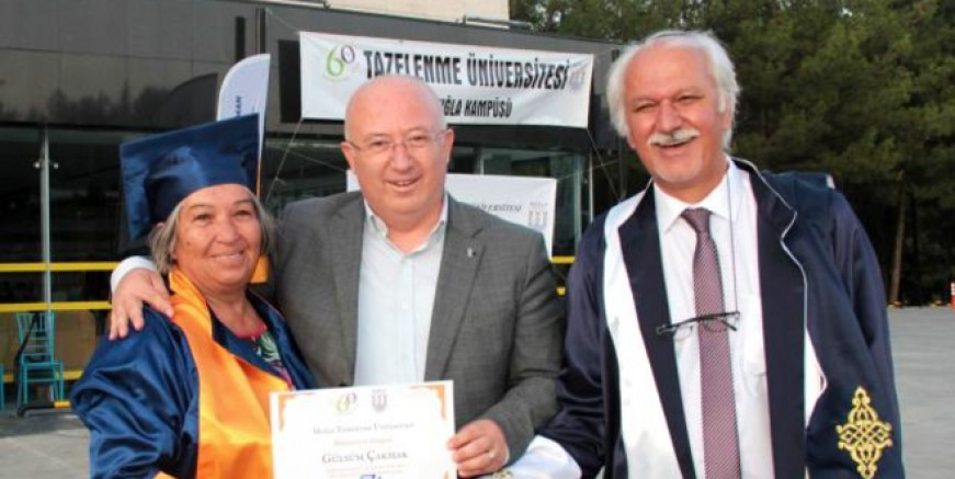 Okuma yazmayı öğreten öğretmenine, üniversite diplomasını verdi