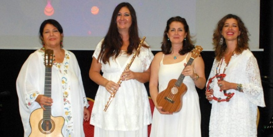 Orman Yangınında Ağaçlara Sarılan Kadınlardan Umut Konseri