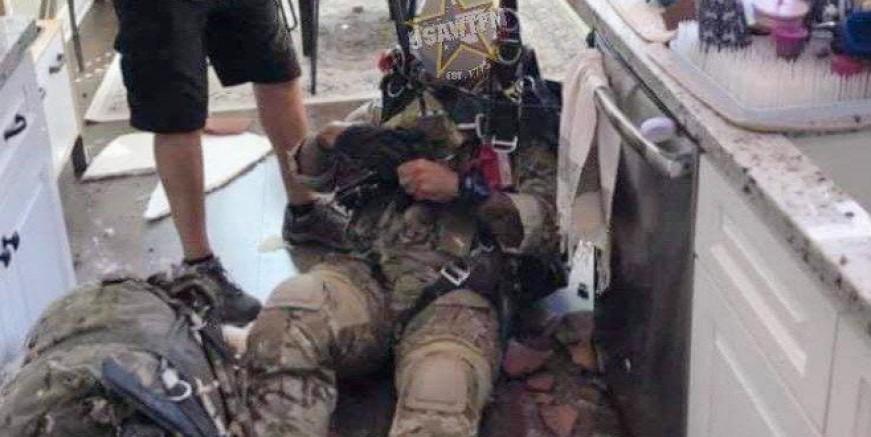 Paraşütü açılmayan asker bir evin mutfağına düştü