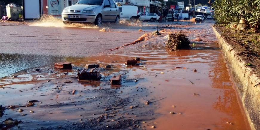 Su hattı yine patladı, Bodrum' un yarısı susuz kaldı