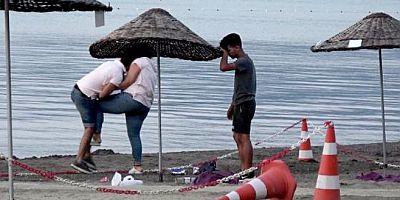Halk plajında tekme tokat kavga eden adamla kadın görenleri şoke etti.