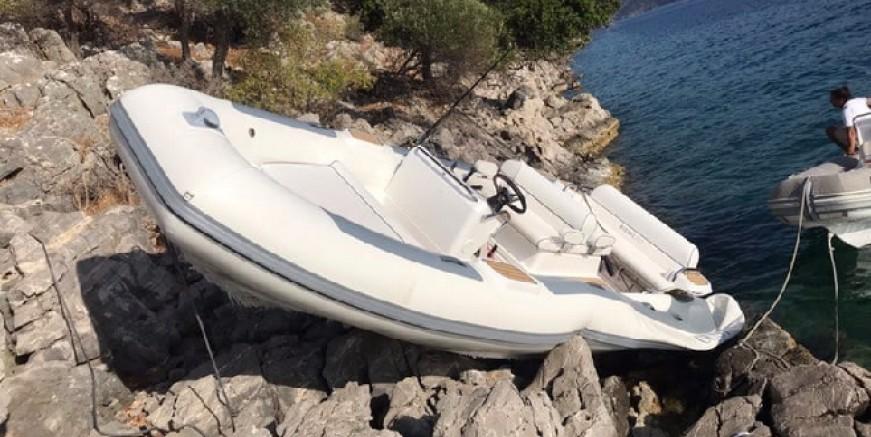 Tersane Adası kayalıklarına çıkan zodiak botun personeli yaralandı
