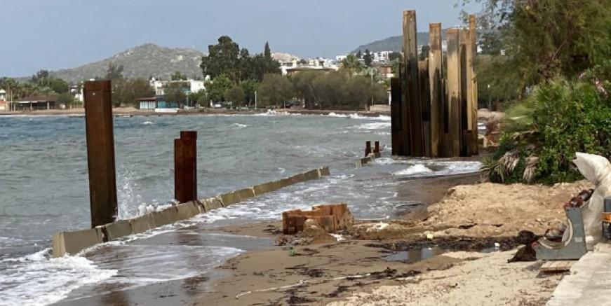 Turgutreis'te denizin içine konulan beton ve demir bariyerlere tepki