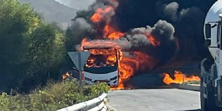 Turistleri taşıyan midibüs alev alev yandı