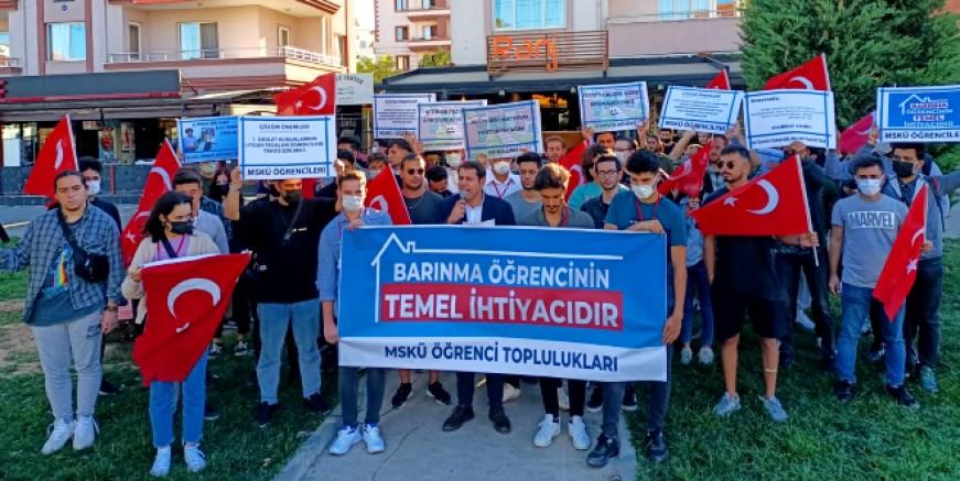 Üniversiteli öğrencilerden barınma protestosu