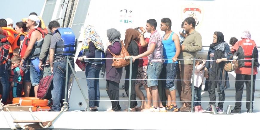 Yelkenli teknede 25 göçmen 3 organizatör yakalandı