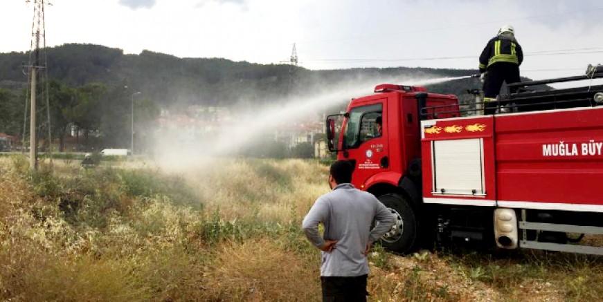 Yüksek gerilim hattına düşen yıldırım yangına neden oldu