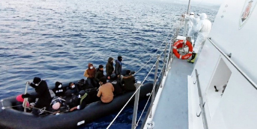 Yunan sahil güvenliğin benzinsiz bıraktığı bottaki göçmenler kurtarıldı